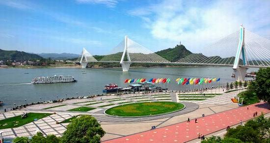 宜昌三峡国际会展中心,是由新首钢资源控股有限公司于2006年投资十多个亿开发,力争打造国际一流的会展中心。宜昌三峡国际会展中心及周边地区规划项目的用地位于宜昌市夷陵区梅子垭村梅子垭水库地段,距市区约7公里。  宜昌是一个美丽而充满活力的城市。它拥有2400多年的历史,古称夷陵。上控巴蜀、下引荆襄地理环境优越,水陆、陆路畅通。这里是巴楚文化发源和碰撞的地方;这里是诗人屈原的故里、美人昭君的家乡;而这里更是世界瞩目的水利枢纽工程三峡工程的所在地;湖北第二大副省会级城市。  宜昌是世界水电之都,中