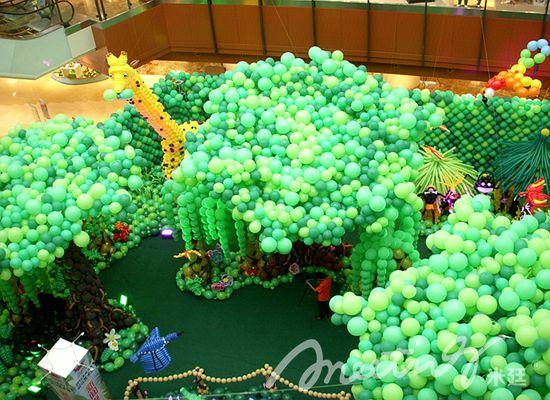 森林王国中各种气球动物栩栩如生