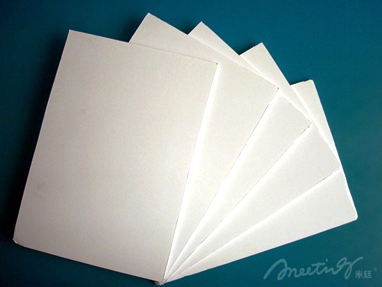 展示展板是一个活动或者会议必不可少的部分。合理地选择展示展板材料,既是保证质量也降低了成本提高了收益。所以选择展示展板材料是活动中很重要的。怎样选择合适的展示展板材料重庆米廷会展告诉你。   首先是最常见的KT板,制作材料为聚苯乙烯,特点是重量很轻,价格偏低,适用于短期展示适用,在日常展示当中被大量应用。但是容易起泡,硬度较低易起折痕。  kt板   然后是超卡板,也可称为塑纸板,其实就是改良过的KT板,硬度要好于KT板,不易起泡,也被广泛应用,适用于造型比较简单的展示。    超卡板  还有一种展板